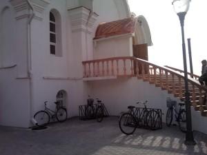 Велопарковка у церкви